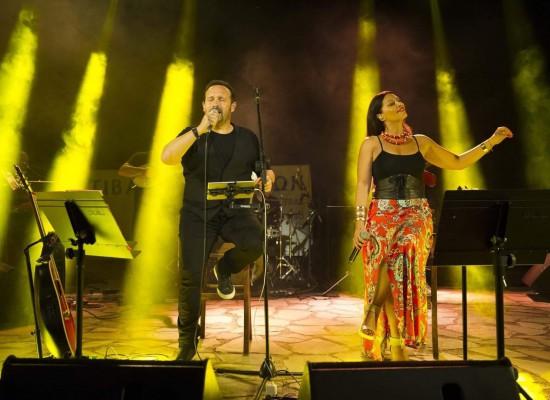 Εντυπωσίασε με τη φωνή του ο Κώστας Μακεδόναςστη συναυλία στο θέατρο Κτιμένης